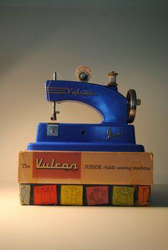 44d139af66906feea977fcb7afeccd67--antique-sewing-machines-vintage-metal.jpg